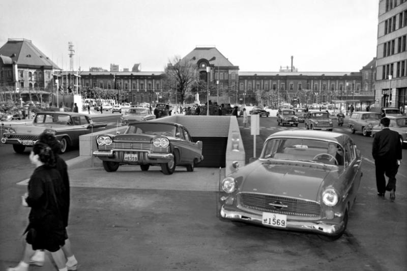 圖為1960年東京車站前,日本丸之內區第一個停車場。(圖/Fast Japan)