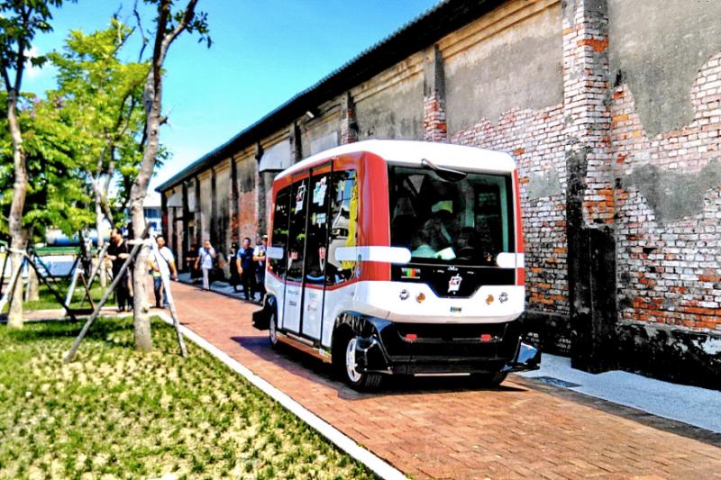 2017生態盛典期間,智慧無人駕駛小巴士將在哈瑪星示範社區擔任1個月的巡迴接駁車,有興趣的民眾可以前往體驗。(圖/高雄市政府)