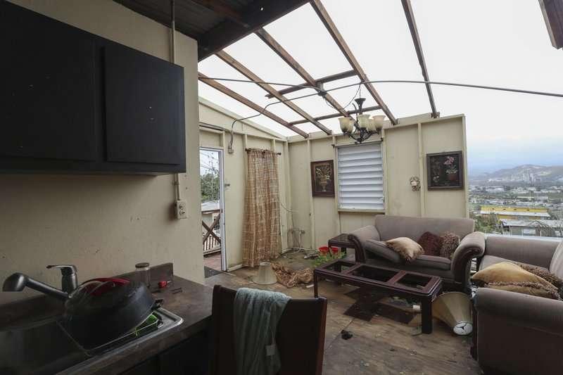 波多黎各遭到颶風重創,許多住宅連天花板都被吹翻。(美聯社)
