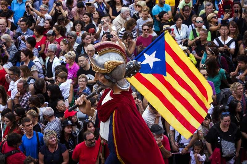 9月24日,加泰隆尼亞首府巴塞隆納一個巨型人偶舉著象徵建國的「孤星旗」(AP)