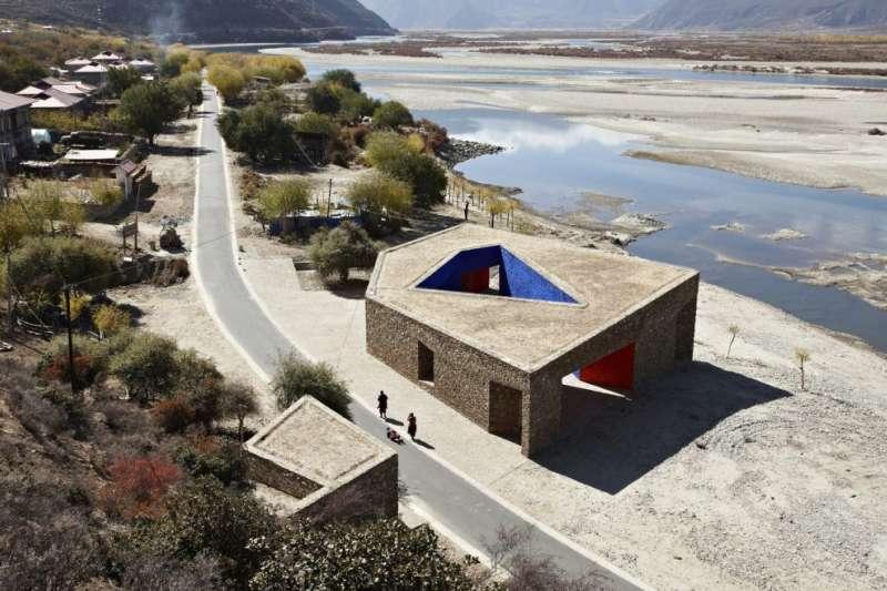 張軻的建築觀強調尊重歷史文化、融入周圍環境,而不是把老建築完全打掉重造。圖為西藏倪陽河遊客中心(2010)。(圖/©ZAO  standardarchitecture)