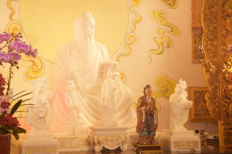 南投「月老寒拾殿」供俸的月老特地從杭州迎回,具千年歷史1尺6寸金尊。(圖/南投縣政府提供)