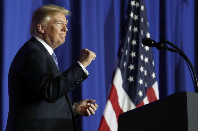 美國總統川普(Donald Trump)9月27日公布稅改方案,金融市場對前景普遍樂觀。作者指出,稅改方案短期內雖有助刺激經濟,但長期來看,稅收減少加上基礎建設需求擴大,聯邦政府的財政赤字及債務恐逐步升高。(AP)