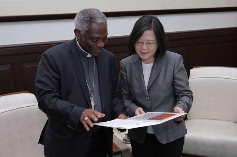 教廷近年積極與中國接觸,未來與中共建交恐怕是大勢所趨。圖為總統蔡英文過去接見教廷「促進整體人類發展部」部長涂克森樞機主教。(資料照,總統府提供)