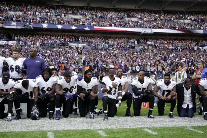 美國NFL球隊巴爾的摩烏鴉隊球員在與傑克遜維爾美洲虎隊的賽前奏國歌儀式上集體單腿跪地。(美國之音)