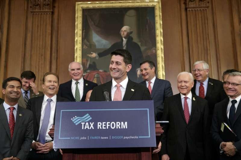 美國共和黨將由聯邦眾議院議長萊恩(中)領軍,全力推動大減稅的「川普稅攻」(AP)