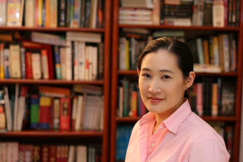 鄭丰以「女版金庸」的稱號享譽文壇,如今是她出道第十年,在武俠書寫的旅途上,她早已走出了自己的路。(圖/奇幻基地出版社提供)