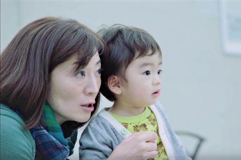 你以為嬰兒什麼都不懂嗎?其實他們都知道父母的辛苦與努力。(示意圖,非當事人/KaoJapan@youtube)