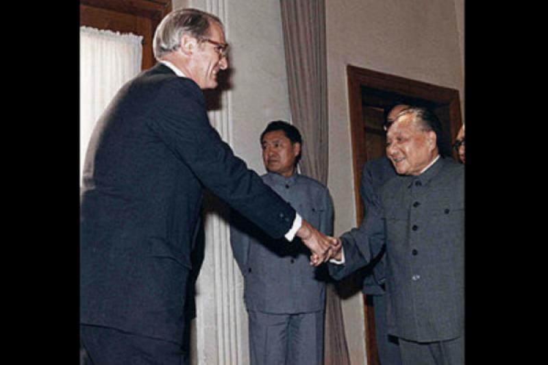 李潔明和鄧小平在1980年時於中國北京市會面。(維基百科)