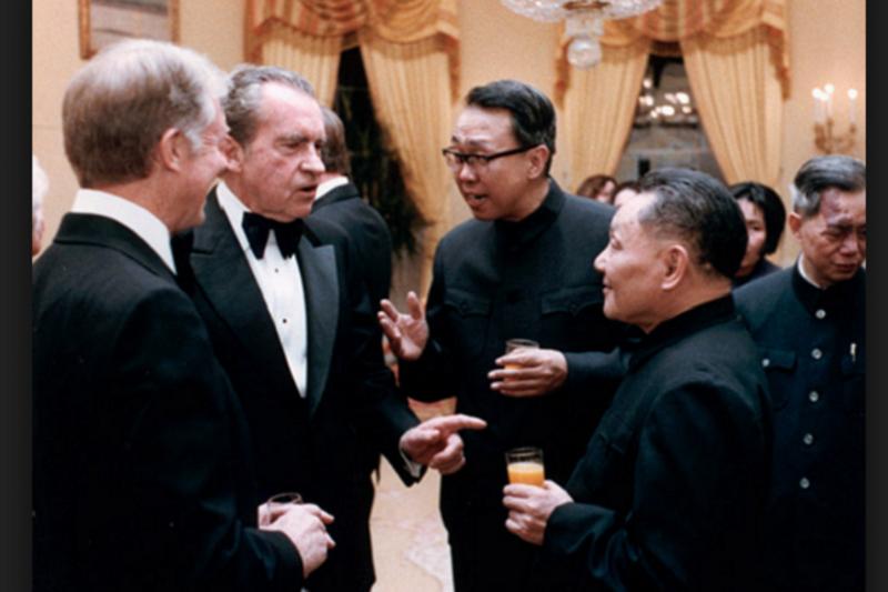 卡特、尼克森、冀朝鑄、鄧小平,看起來好像冀正在侃侃而談。(CORBIS/Corbis via Getty Image)