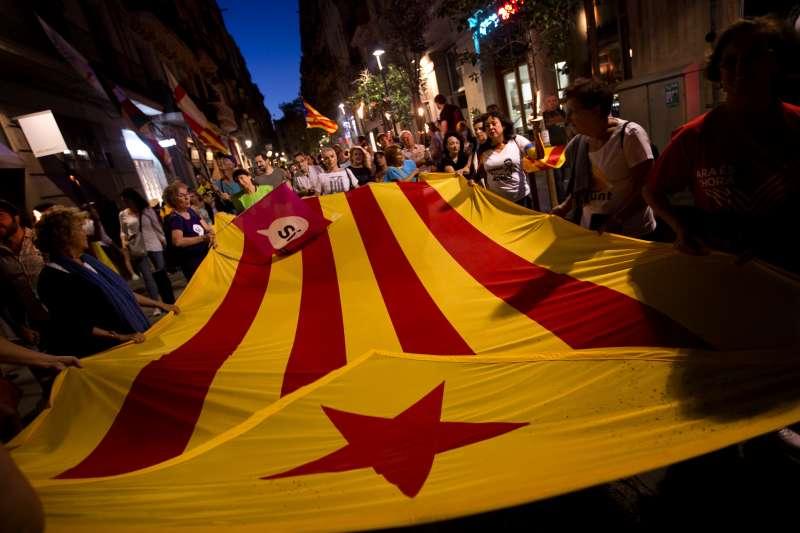 西班牙加泰隆尼亞自治區10月1日舉行獨立公投前夕,支持者不斷上街抗議中央政府打壓(AP)