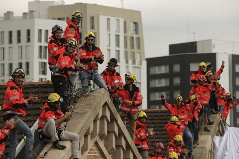 西班牙加泰隆尼亞自治區10月1日舉行獨立公投前夕,支持者不斷上街抗議中央政府打壓,連消防員也爬上屋頂表態(AP)