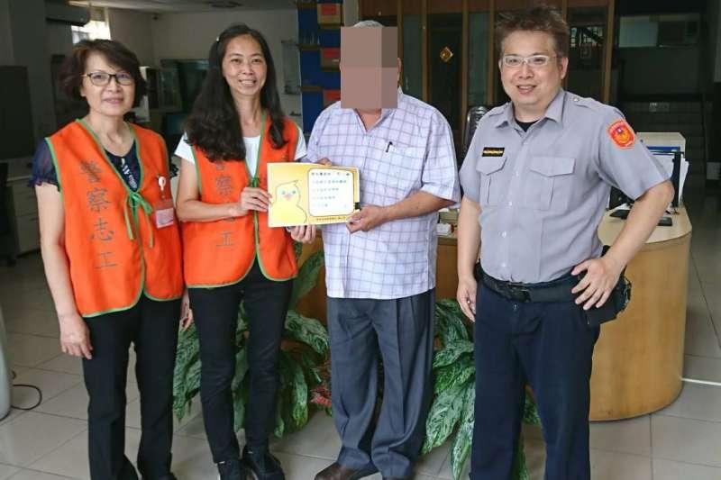 台商戴興基感謝員警協助找到妻子的救命恩人。(圖/新北市政府警察局汐止分局提供)