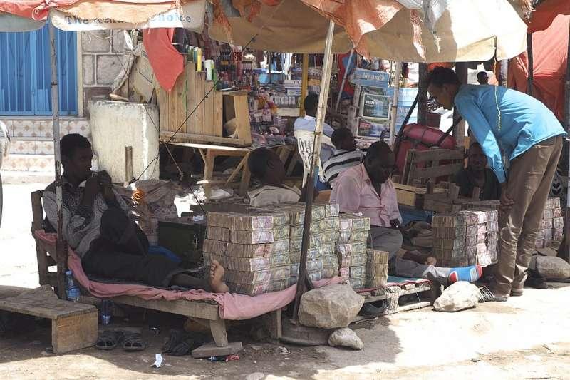 索馬利蘭街頭的外幣兌換站,可見成堆的索馬利蘭先令。(Clay Gilliland@Wikipedia/CC BY-SA 2.0)