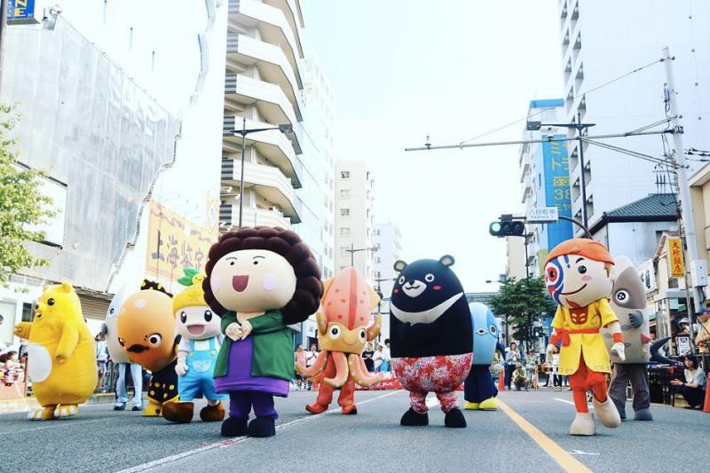 今年八月與高雄市締結友好城市關係的日本八王子市,邁入市制100週年,盛大邀請高雄市吉祥物表演團前往八王子祭表演。(圖/Masker 瑪斯克表演藝術團隊)