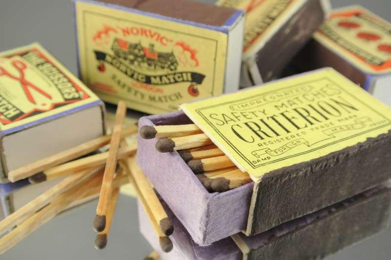 小小火柴盒其實濃縮了一個時代的歷史文化和生活記憶。(圖/pexels)