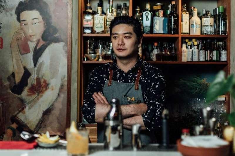 陳俊偉憑著好強不服輸的性格,一路從夜店做到專業酒吧調酒師,如今自行創業,調出充滿故事性的特色酒品。(圖/余松翰攝,明日誌MOT TIMES提供)