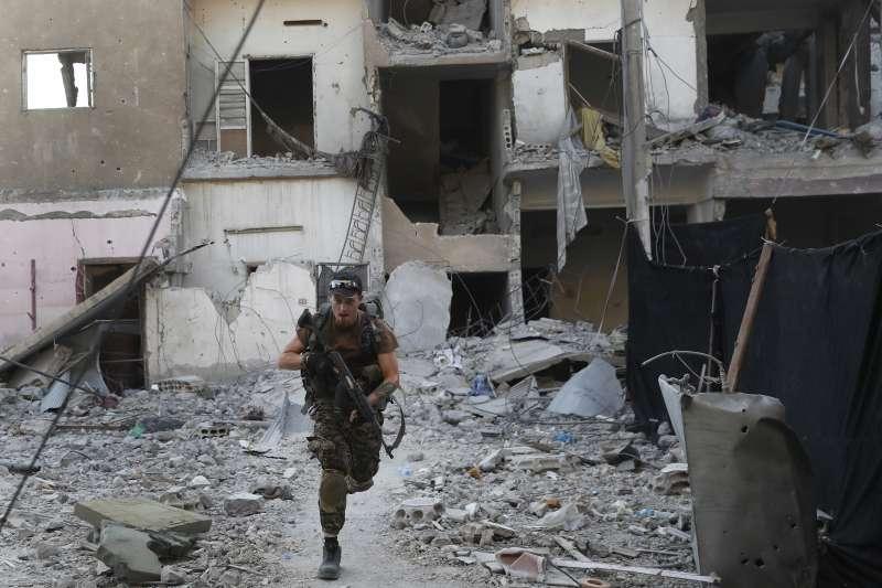 IS位於敘利亞北部的「首都」拉卡(Raqqa)正被美國支持、庫德族為主力的敘利亞民主軍(SDF)圍攻(AP)