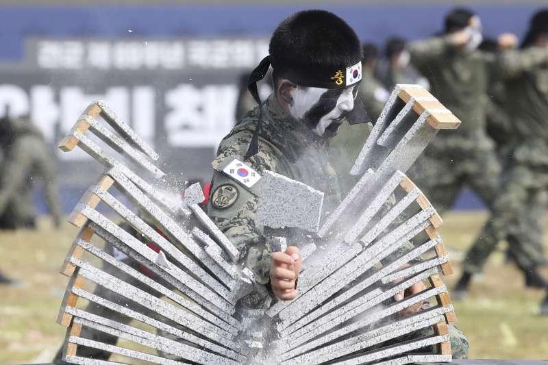 南韓士兵劈磚。(美聯社)