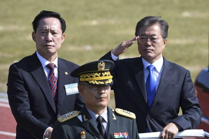 南韓總統文在寅閱兵。(美聯社)