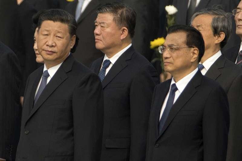 9月30日是中國的「烈士紀念日」,中共領導人(左起)習近平、劉雲山、李克強上午在北京天安門廣場參加向人民英雄敬獻花籃儀式。(AP)