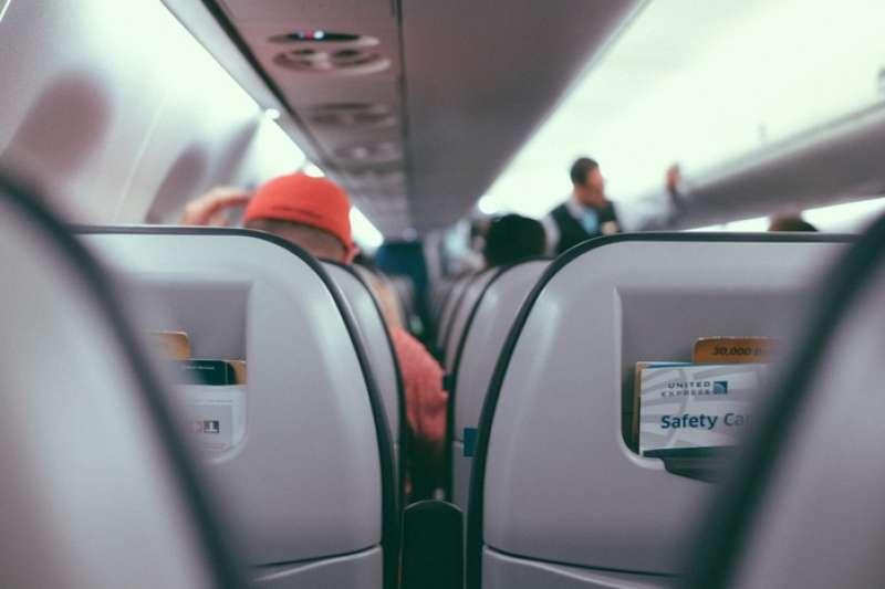 每次出國在飛機上都無法好好休息嗎?跟著空姐的建議準備這些好物,下次搭機就能養足精神了!(圖/Visualhunt)