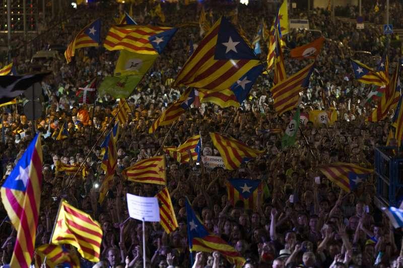 9月29日,加泰隆尼亞自治區首府巴塞隆納的魔幻噴泉,數千民眾揮舞著象徵獨立建國的「孤星旗」表達獨立建國心聲(AP)