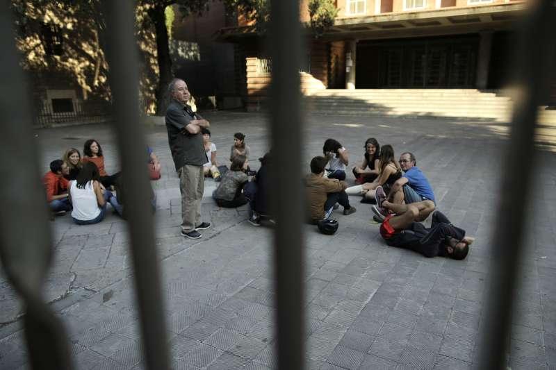 9月29日,挺獨民眾聚集在巴塞隆納的一間小學內,打算佔領學校讓公投得以舉行(AP)
