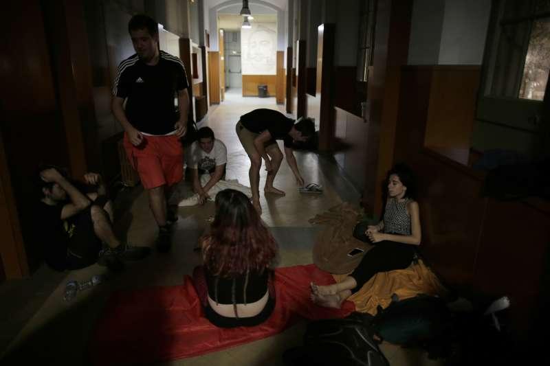 9月30日清晨,挺獨民眾聚集在巴塞隆納的一間中學內,打算佔領學校讓公投得以舉行(AP)