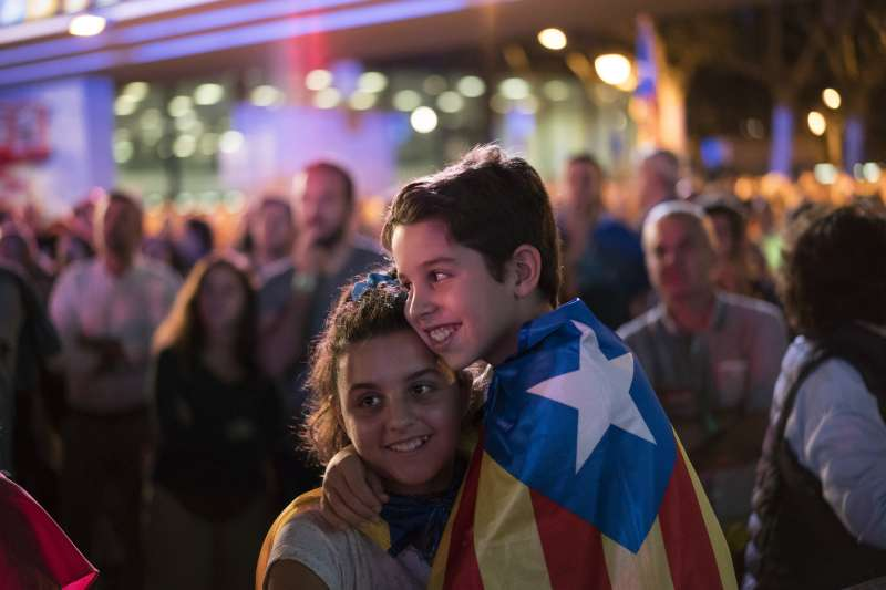 9月29日,加泰隆尼亞挺獨陣營舉辦造勢晚會,支持獨立的年輕人將象徵建國的「孤星旗」披在身上(AP)