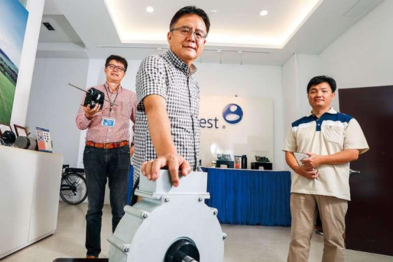 陳善南(中)花7年研發智慧馬達,目前已應用在超過20種產品上,從果汁機到電動車,都是他鎖定的節能新市場。(攝影者.陳宗怡)