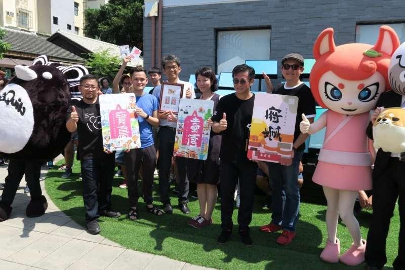 一卡通總經理張修齊、崑山創意媒體學院黃雅玲院長及設計師林國慶等人出席一卡通「喜翻台灣」新卡上市發表會。(圖/一卡通票證公司提供)