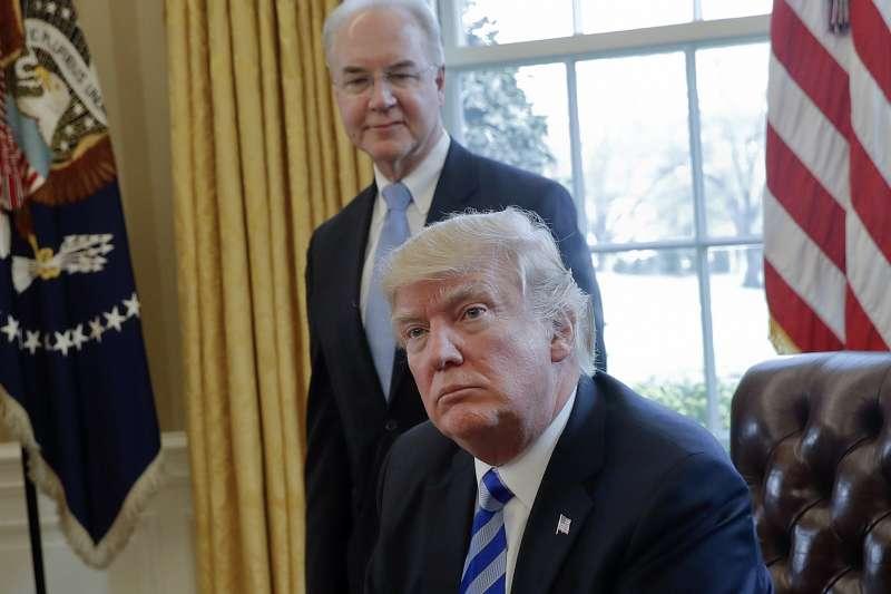 美國衛生部前任部長普萊斯(Tom Price,後)與川普總統(AP)