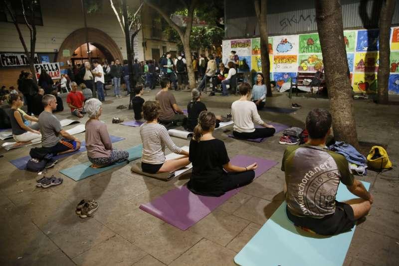 加泰隆尼亞公投:夜宿投票所的民眾在做瑜珈(AP)