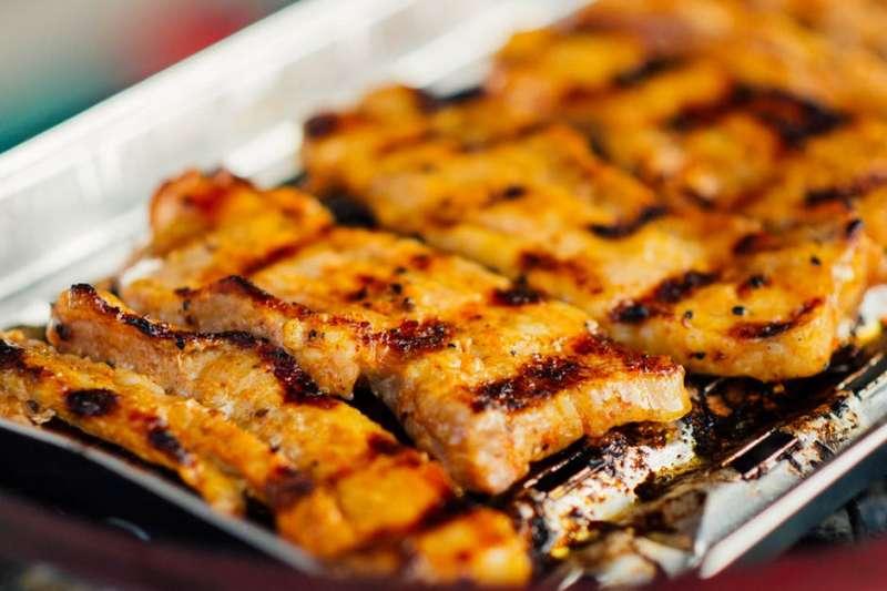 吃太多烤肉引起腸胃不適,醫生教你這樣緩解症狀。(圖/ Tookapic@Pexels)