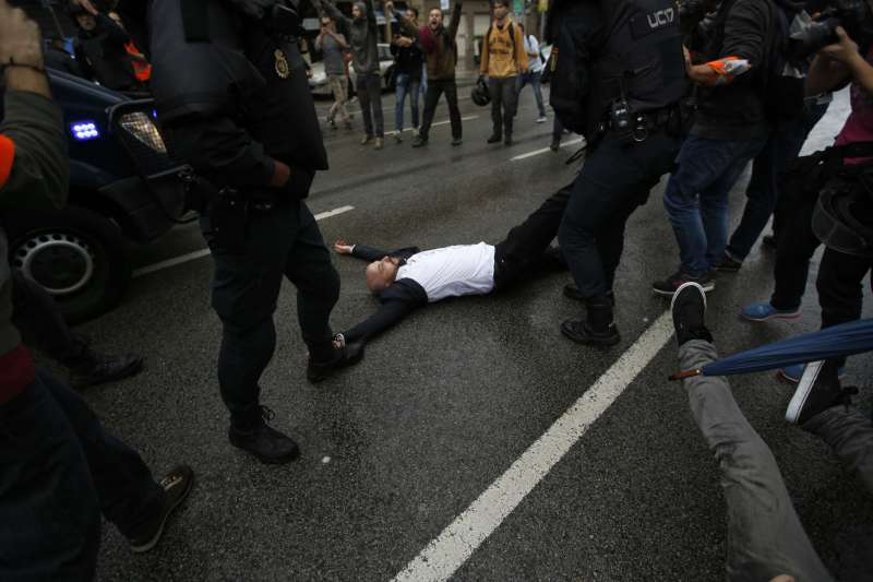 加泰隆尼亞獨立公投,投票民眾被警方「拖離」現場。(美聯社)