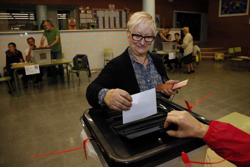 加泰隆尼亞獨立公投,民眾在較小的投票所順利投票。(美聯社)