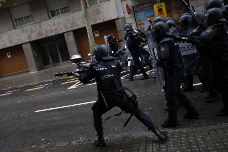 加泰隆尼亞獨立公投,西班牙警方阻擋民眾投票,鎮暴警察發射橡膠子彈。(美聯社)