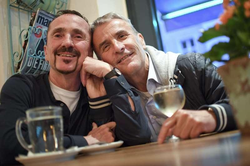 10月1日德國正式開放同性婚姻登記,柏林同志愛侶克萊勒(Karl Kreile,左)與孟德(Bodo Mende)搶頭香(AP)