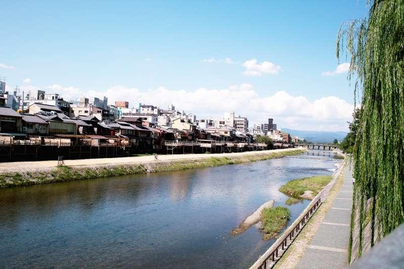 水面清澈、四周充滿綠意,京都的鴨川是最適合放空的天堂。(圖/siojoah@Flickr)