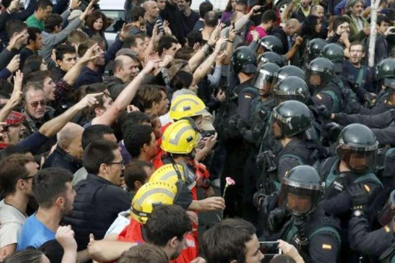 加泰隆尼亞獨立公投,被西班牙憲法法庭勒令停止。一邊是要求獨立的民眾,一邊是維護國家統一的警察。(BBC中文網)