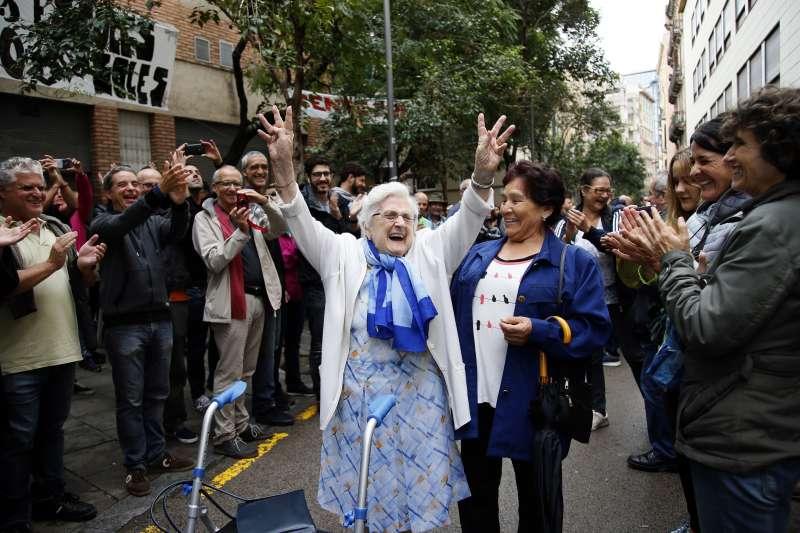 加泰隆尼亞的老太太投完票,開心的向眾人揮手。(美聯社)