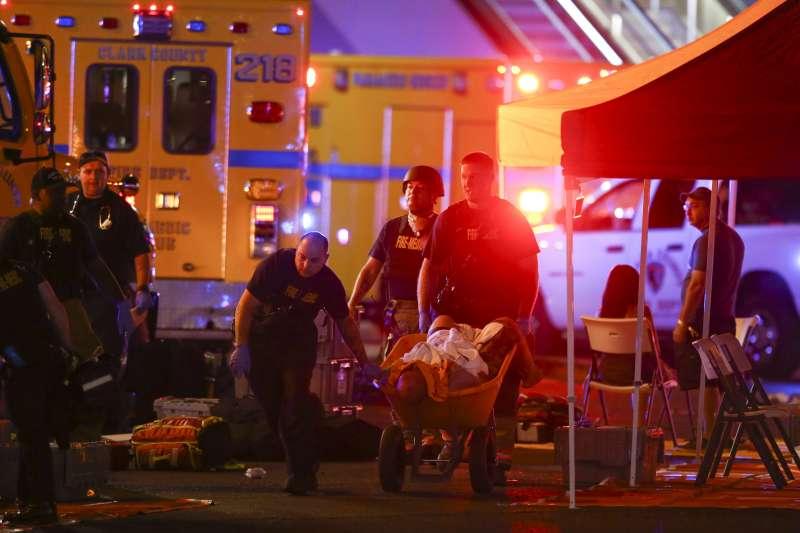 美國賭城拉斯維加斯1日晚間爆發重大槍擊案,造成多人死傷(AP)