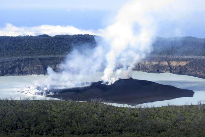 萬那杜安巴島上的莫納洛火山。(資料照,美聯社)