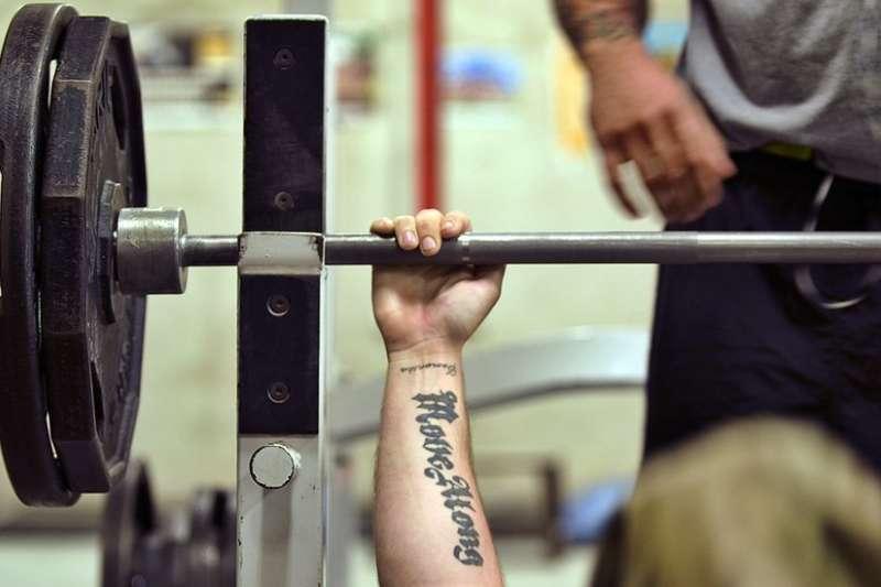 初學者學習推胸時,應該使用比自己體重輕的杠鈴,而且找人協助護杠。(BBC中文網)