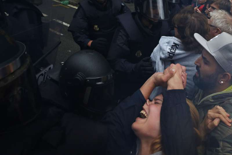 西班牙加泰隆尼亞獨立公投10月1日登場,投票民眾與西班牙警方爆發嚴重衝突。(美聯社)
