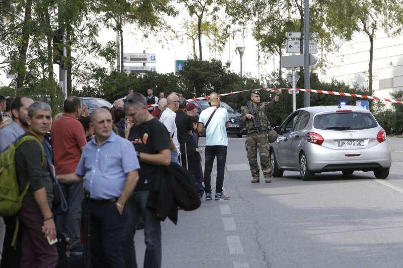 法國馬賽1日發生持刀恐攻事件,警方迅速封鎖現場。(美聯社)