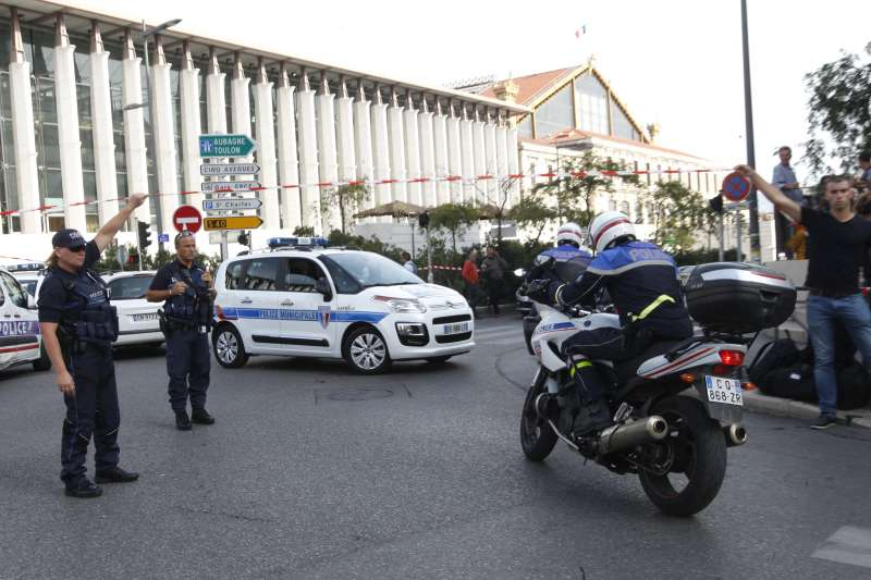 法國馬賽1日發生持刀恐攻事件,造成至少兩名受害者死亡。(美聯社)