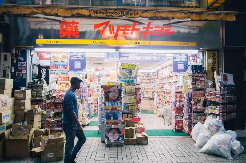去日本藥妝店掃貨前,先好好注意這些事情!(圖/Dick Thomas Johnson@flickr)