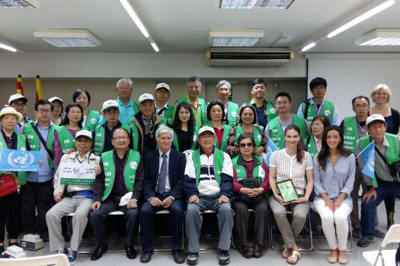 台灣聯合國協進會宣達團與加泰隆尼亞獨立運動組織交流活動現場,與會人員合照。(筆者提供)